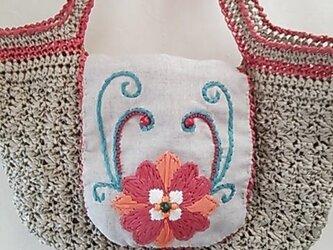 お花刺繍の編み上げバックの画像