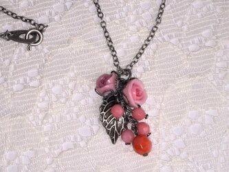 珊瑚とピンクの薔薇のネックレスの画像