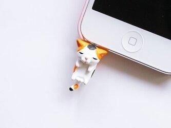首根っこつままれ猫のイヤホンジャック【三毛オス】の画像