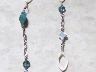 花形金具とシェルパーツのネックレスの画像
