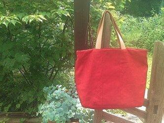 赤のトートバッグの画像