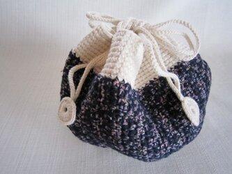 紺と白の細編み巾着バッグの画像
