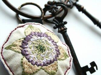 手刺繍・クレマチスキーホルダーの画像