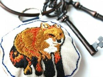 手刺繍・きつねキーホルダーの画像