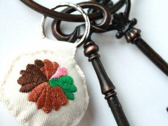 手刺繍・ハナキーホルダーの画像