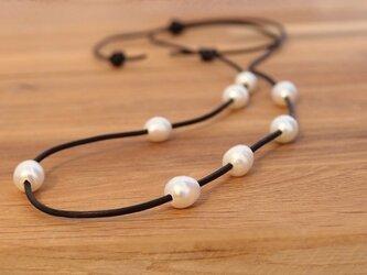 黒革紐と淡水パールのネックレス(スライドアジャスト)の画像