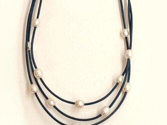ブルー革紐と淡水パールの3連ネックレスの画像