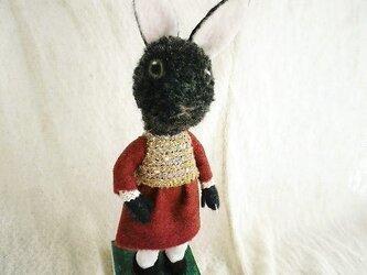 羊毛フェルト・ボルドー色のワンピースの黒ウサギ★送料無料★の画像