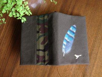 「カケスの羽根」手描きブックカバーの画像