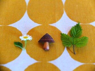 木製 きのこブローチ しましまの画像