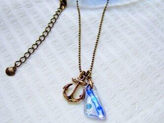 イカリと海色ガラスのネックレスの画像