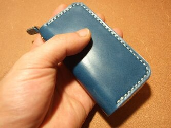 青に白ステッチのファスナーキーケースの画像