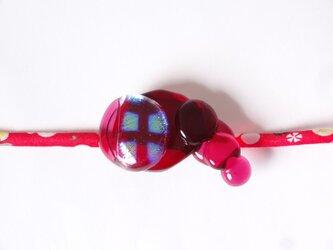 ガラス玉の帯留(赤)の画像
