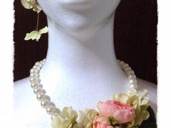 紫陽花とラナンキュラスのネックレス(ピンク)の画像