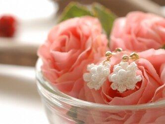 コットンレースの花ピアスの画像