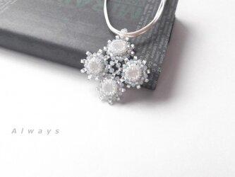 White flower ネックレスの画像