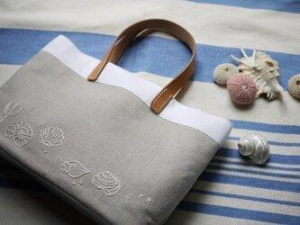 貝の刺しゅうのバッグの画像