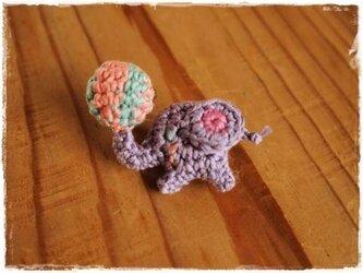 お鼻にボールを載せたゾウさんのブローチ(ブルー)の画像