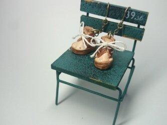 日本最少、手縫い豆ブーツのピアス(茶)の画像