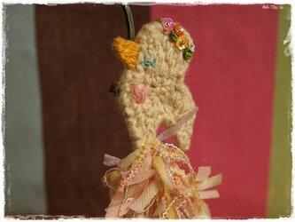 花冠をつけたコトリのブローチ(ファンシーヤーン)の画像