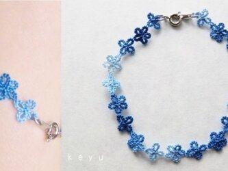 小花のブレスレット(青色)の画像