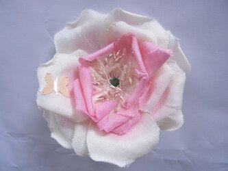 甘いピンクのバラコサージュの画像