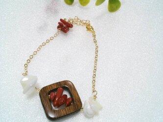珊瑚とwoodのブレスレットの画像
