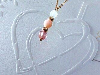 ピンクの石のネックレスの画像