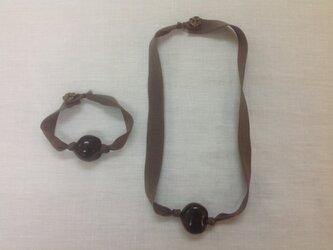 ウッドビーズ リボンネックレス ブレスレット セットの画像
