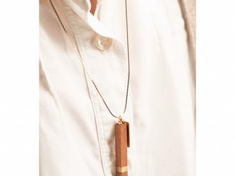 チェリーの木と真鍮のネックレスの画像