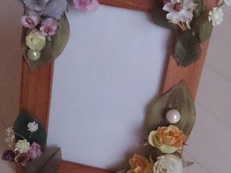 淡い色合いのフラワー(造花)フォトフレームの画像