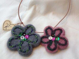 羊毛フェルトお花のネックレスの画像