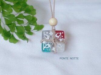 小荷物ガラスのネックレスの画像