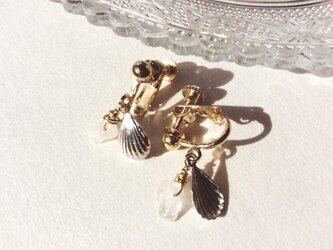 ローズクオーツのさざれ石と貝のモチーフのイヤリングの画像