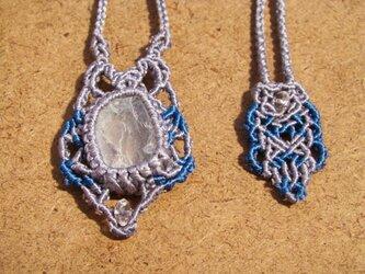 ブルートパーズ原石とシルクコードのマクラメ編み 天然石ネックレスの画像