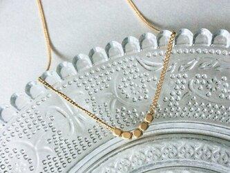メタルビーズのシンプルなゴールドのネックレスの画像
