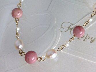 ピンクとパールのロングネックレスの画像