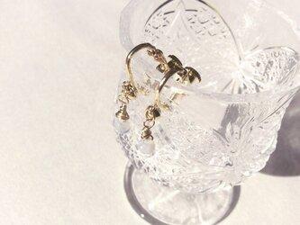 乳白色のしずくのチェコガラスビーズのイヤリングの画像