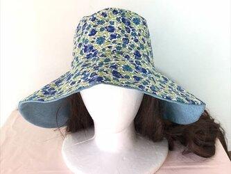 リバティブルーの帽子(リバーシブル)の画像