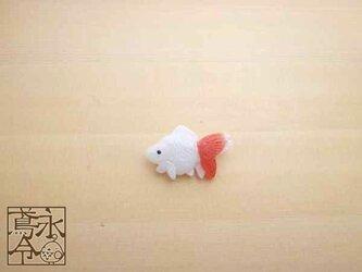 ブローチ 白色に薄赤色の小さい金魚の画像