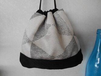 幾何学模様の着物地で巾着の画像