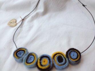 羊毛フェルト くるくるネックレスの画像