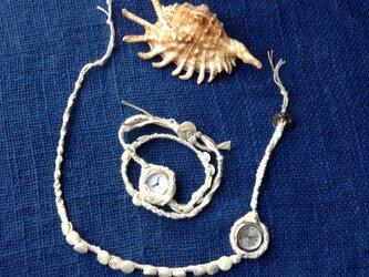 綿帽子を被った時計ブレスレットの画像
