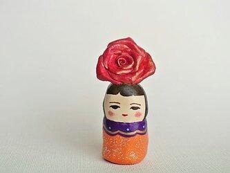 薔薇のあたまオレンジ服のひとの画像