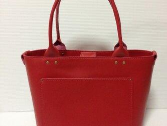真っ赤なトートバッグの画像