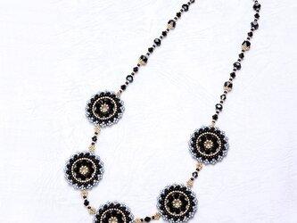 スワロフスキーの花模様のサークルネックレス・黒の画像