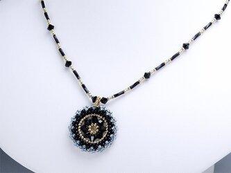 スワロフスキーの花模様のサークルペンダント・黒の画像