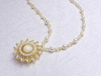 太陽のペンダントネックレス・ホワイトの画像
