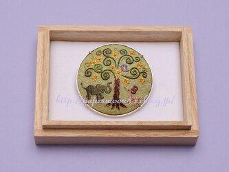 ブローチ「樹の下で」の画像