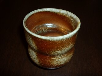 焼き締め緋色の湯飲みの画像